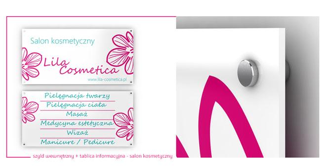 Wewnętrzne tablice informacyjne dla salonu kosmetycznego zamontowane na ozdobnych kołkach dystansowych