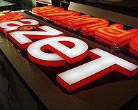 Kaston reklamowy z wypukłymi literami podświetlanymi z plaxi