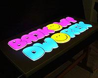 Złoty kaseton - szyld z wystającymi podswietlanymi diodami literami dla przedszkola Bajkowy Dworek - widok w nocy