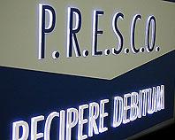 Niebiesko biały szyld z wystającymi podświetlanymi literami dla firmy P.R.E.S.C.O