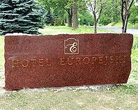 Mosiężny znak firmowy na kamieniu