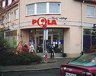 Litery ze styroduru nad wejściem do sklepu spożywczego PQLA