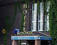 Litery z mosiądzu na elewacji Hotelu Wodnik we Wrocławiu