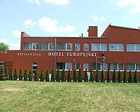 Białe litery ze styroduru na elewacji Hotelu Europejskiego