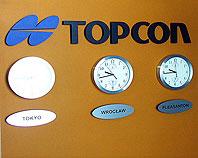 Ozdobne litery i logo Topcon ze styroduru zamontowane wewnątrz budynku