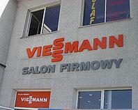 Logo Viessman ze styroduru zamontowane nad wejściem do salonu
