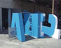 Litery ze styropianu pomalowane na kolor niebieski dla fimy WABCO