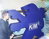 Ozdobny znak firmowy ze styropianu pomalowany na granatowo dla firmy KIM