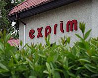 Czerwone litery Exprim ze styroduru na elewacji budynku
