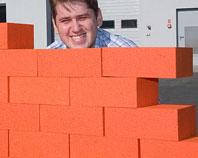 Mur zbudowany z cegieł ze styropianu na imprezę firmową
