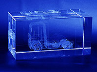 Szklana statuetka z trójwymiarowym ciagnikiem siodłowym - pamiątka transakcji