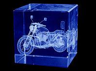 Szklana kostka z wygrawerowanynm laserm trójwymiarowym motocyklem Harley Davidson - Prezent od pracowników