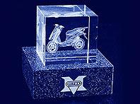 Szklana statuetka z wygrawerowanym w 3d skuterem - prezent dla klientów firmy Mirex