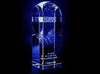 Szklana statuetka z trójwymiarowym narciarzem - podziekowanie na pięciolecie firmy