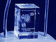 Szklana statuetka prezenta dla klienta od firmy Vibromax