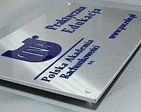 Granatowe pleksi na aluminium