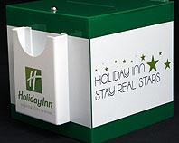 Pudełko z białej pleksi z kieszonką formatu A5 do zbierania opini klintów hotelu