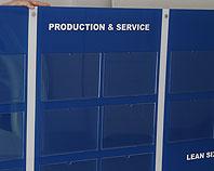 Tablica dyżurów pracowników z kieszeniami z pleksi
