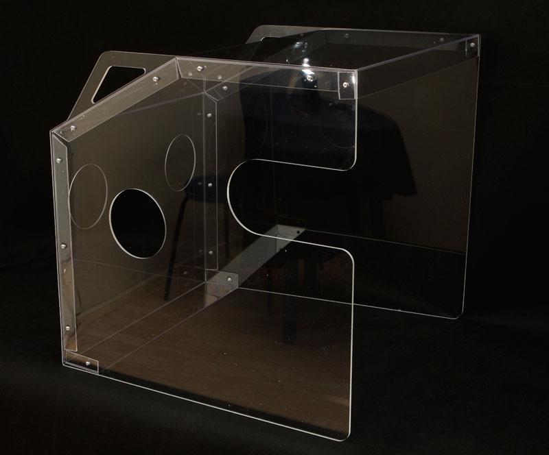 Osłona pudełko do intubowania- wygodne otwory do intubacji