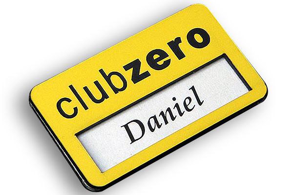 Grawerowany identyfikator z okienkiem, możliwość wymiany imienia i nazwiska
