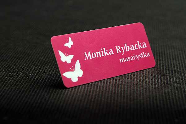 Różowy idenyfikator dla pracownika, masażysty