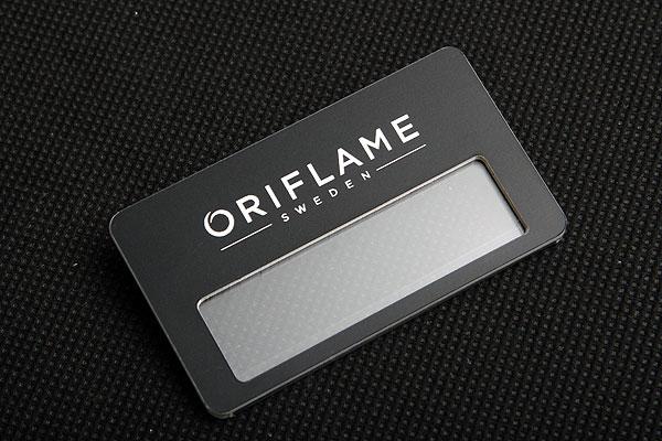 Czarno biały grawerowany identyfikator z okienkiem dla firmy Oriflame