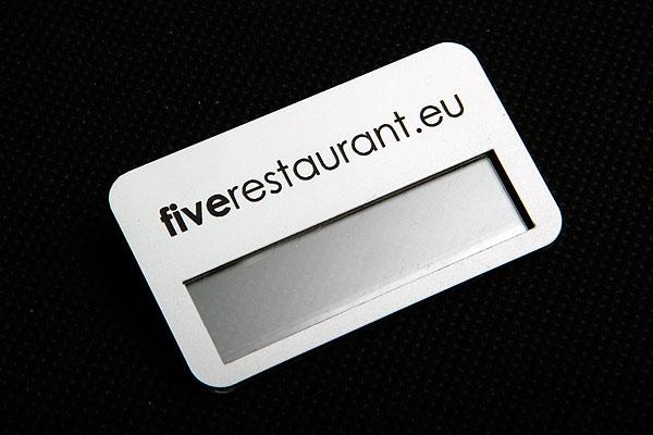 Grawerowany identyfikator z okienkiem w kolorze biało czarnym dla firmy fiverestaurant