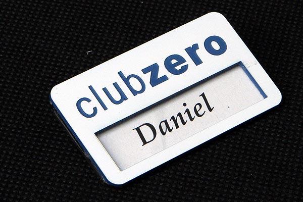 Biało niebieski grawerowany identyfikator z okienkiem