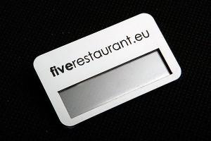 Identyfikator plastikowy złoto-czarny dla pracownika restauracji