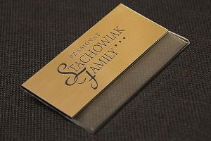 Identyfikator plastikowy złoto-czarny dla pracownika pensjonatu