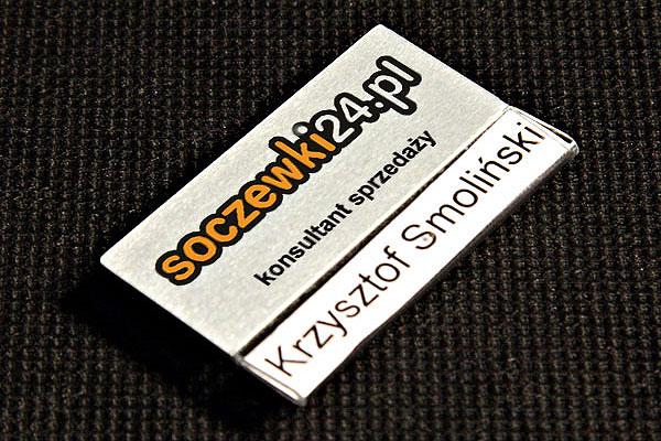 Identyfikator z kieszonką metalowy dla konsultanta sprzedaży drukowany z wizytówką