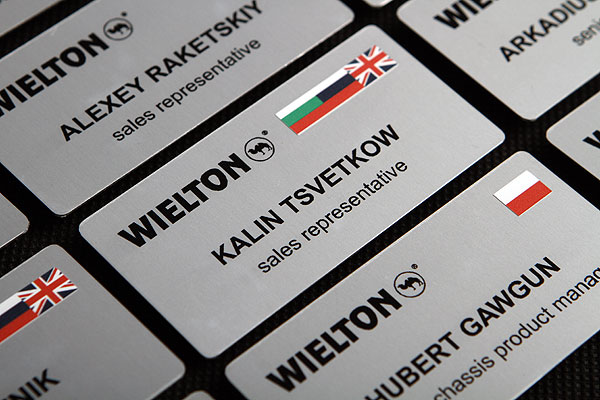 Identyfikatory drukowane imienne metalowe dla pracowników