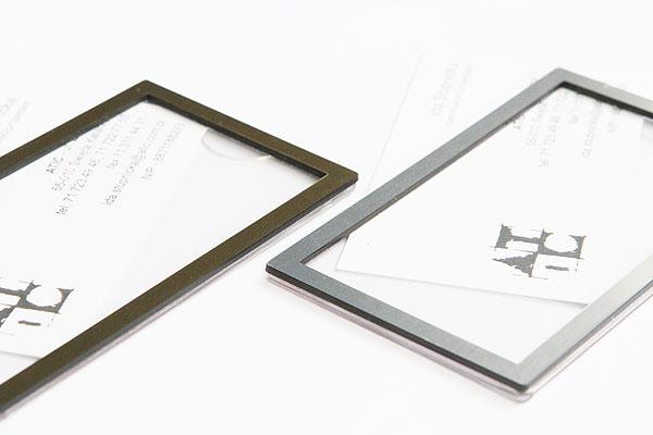 Srebrne i złote ramki identyfikatów na wizytówkę