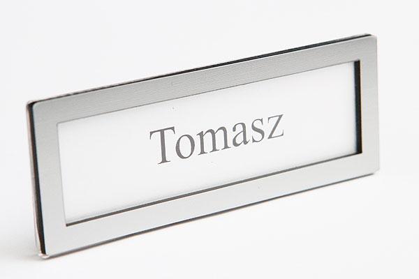 Ramka identyfikatora na wymienna etykietę z nazwiskiem srebrna