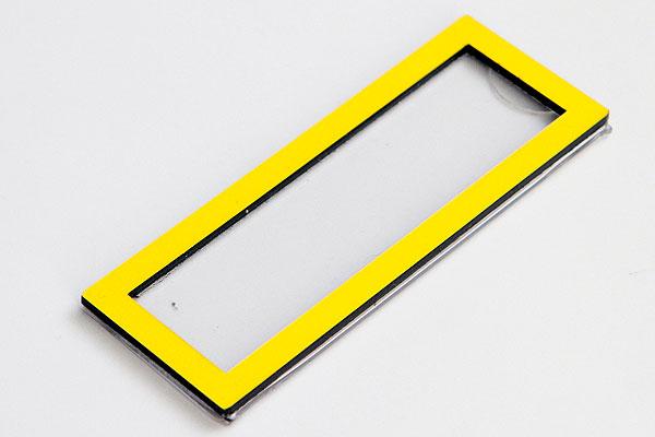 Identyfikator z wymienną etykietą - żółta ramka
