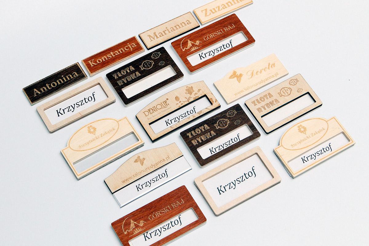 drewniane identyfikatory dla pracowników