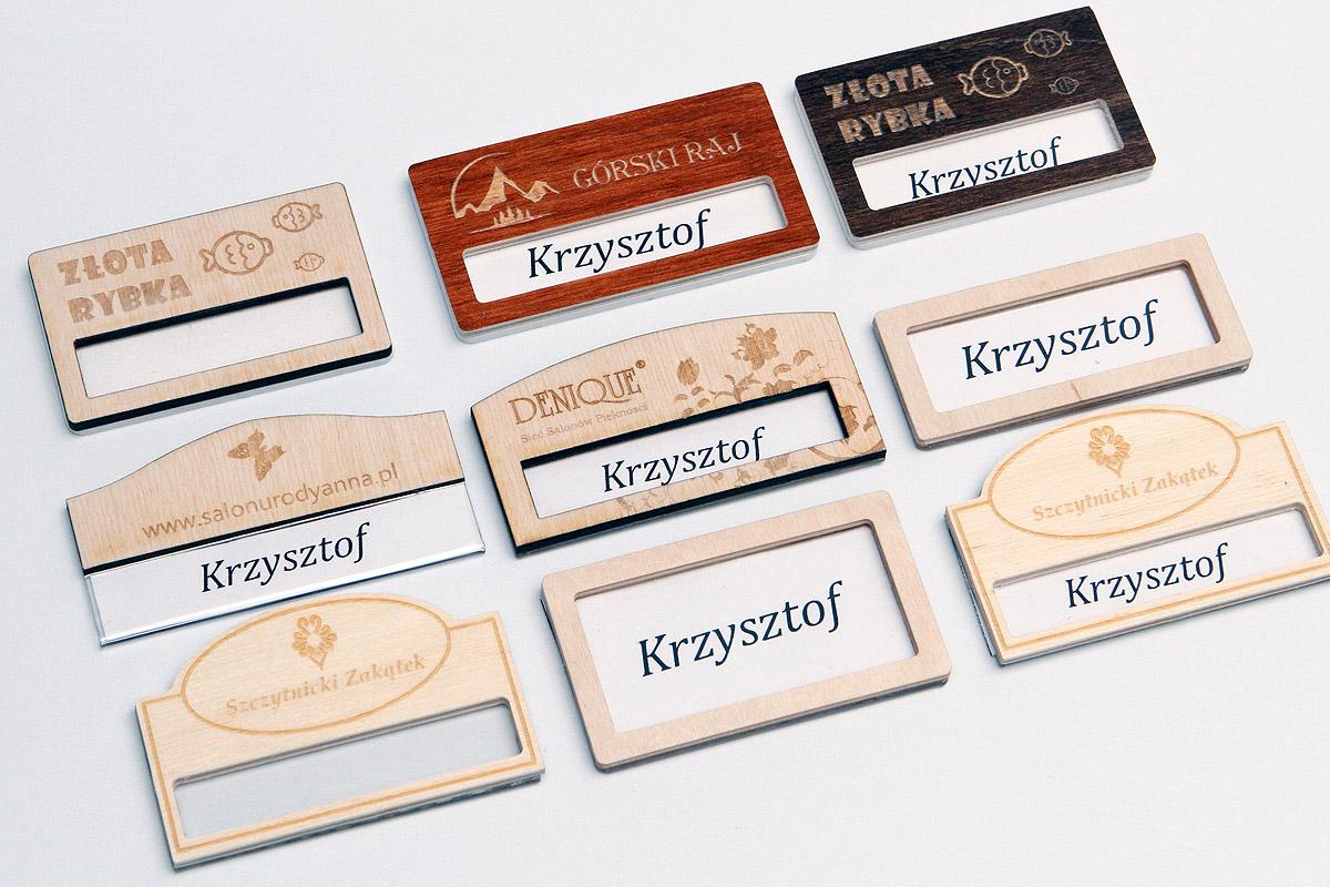 drewniane identyfikatory z okienkiem