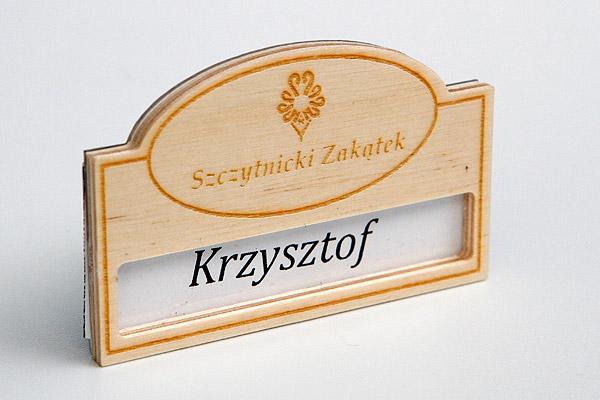 drewniany identyfikator dla pracowników