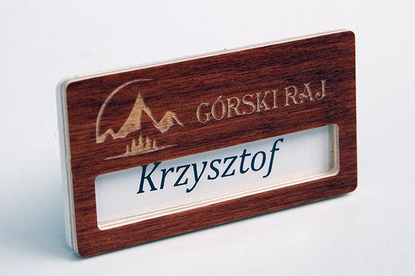 drewniany identyfikator dla pracowników hotelu