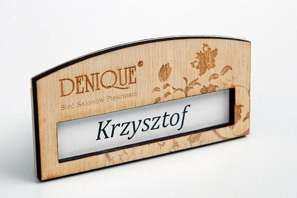 drewniany identyfikator dla pracowników salonu