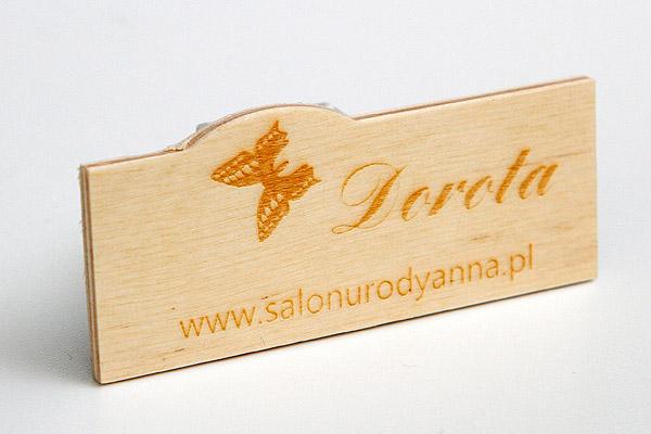drewniany identyfikator dla pracowników salonu urody
