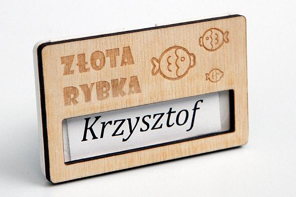 drewniany identyfikator dla kelnerów restauracji rybnej
