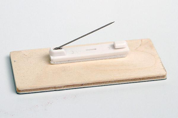 drewniany identyfikator z zapinką typu agrafka