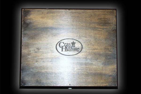 Grawerowanie drewna logo firmy Czas na Herbatę na stylizowanej na starą skrzynce na przezenty