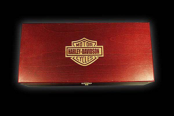 Grawerowanie drewna logo Harley-Dawidson na skrzynce z prezentem od firmy