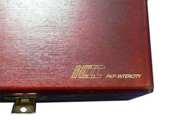 Grawerowanie drewna logo PKP Intercity na skrzynce z herbatą w saszetkach