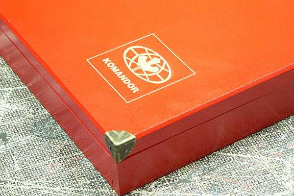 Grawerowanie drewna - logo firmy Komandor na opakowaniu drewnianym z próbnikiem kolorów