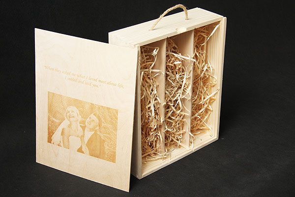 Grawerowanie zdjęcia młodej pary drewniana skrzynka pamiątka ze ślubu