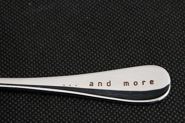 Grawerowanie na rączce metalowej łyżki