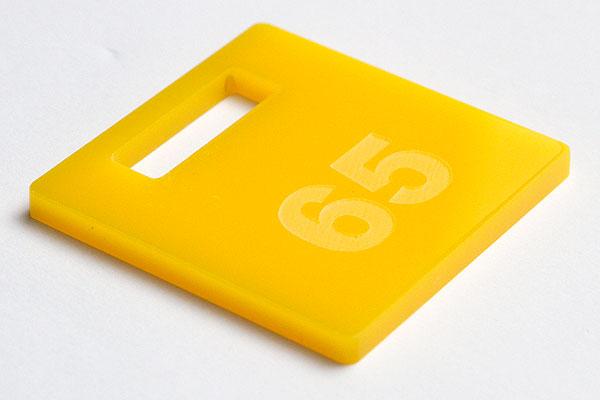 Grawerowanie żółtej pleksi
